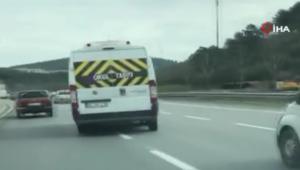 Okul servisiyle trafikte yaptıkları dehşete düşürdü