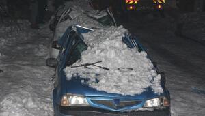 Çatılardan düşen kar ve buz kütleleri 10 araca zarar verdi