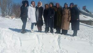 Kadın öğretmenler, 8 Mart'ı mahsur kaldıkları köyde geçirdi