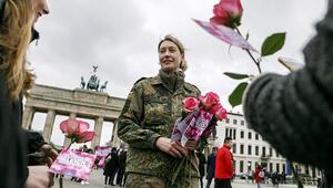 Kadın subaylar çiçek dağıttı