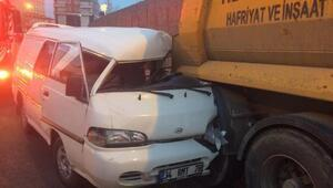 Hafriyat kamyonuna arkadan çarpan minibüs sürücüsü yaralandı