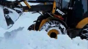 Başkalede 2 metreyi bulan karla mücadele