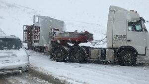 Karlıova- Erzurum yolu kardan kapandı, araçlar mahsur kaldı