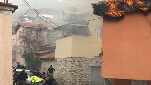 Ev yangınında otomobili kurtarmak için seferber oldular