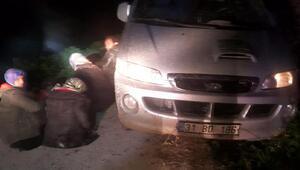 Saddam lakaplı göçmen kaçakçısı, minibüs çamura saplanınca yakalandı