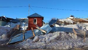 Karlıovada fırtına çatıları uçurdu