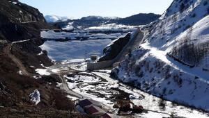 Sızıntı olan Alucra Barajında su tahliyesi sürüyor, evlere kimse yaklaştırılmıyor