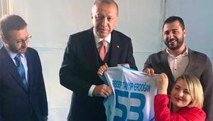 Cumhurbaşkanı Erdoğan, Ankara mitinginde milli sporcu ile görüştü