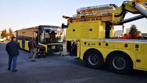 Sancaktepe TEMde İETT otobüsü servis minibüsüne çarptı: 4 yaralı
