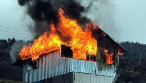 Mudurnuda yayla evi alev alev yandı