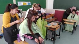 Kuaför kursu öğrencileri, hünerlerini köy çocuklarıyla buluşturdu