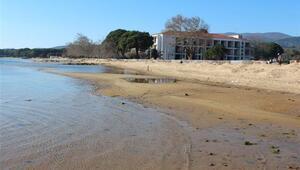 Erdekte deniz çekilince antik iskele ortaya çıktı