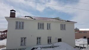 Karlıovada fırtına; mezbahanın çatısı uçtu