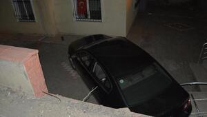 Kazada savrulan otomobil apartman bahçesine uçtu