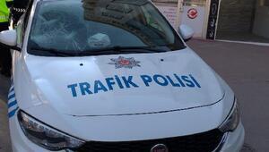 Sürücü polis otosunun camını kırdı, annesi bastonla polislere saldırdı