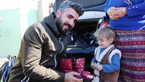 Fotoğraf çekerken başlattığı kampanyayla 20 bin çocuğa bot giydirdi