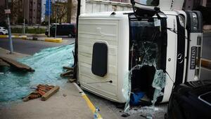 Pendik'te cam yüklü kamyon devrildi: Yaralılar var