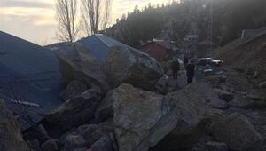 Dev kayalar evin üzerine düştü