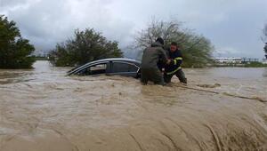 KKTC'de seyir halindeki araçlar sel sularına kapıldı