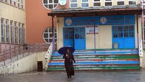 Bingölde seçmen yağmur altında sandığa gitti