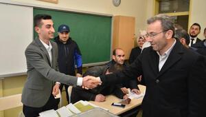 AK Parti broşürü dağıtırken sözlü tacize uğrayan Yusuf Özoğul sandık başında