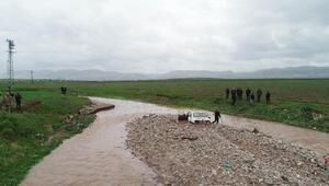 Dere sularına kapılan otomobildeki 2 kişiden birinin cesedi bulundu