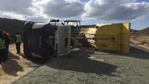 Silivride kamyon devrildi, sürücüsü yaralandı