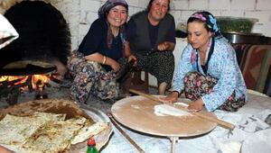 Selçuk Belediye Başkanı Sengel, kadınlarla gözleme açtı