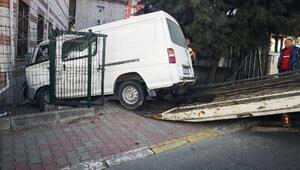 Kartalta, minibüs cami duvarına çarptı: 3 yaralı