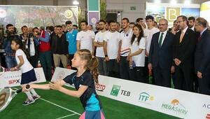 Bakan Kasapoğlu minik tenisçilerin maçlarını izledi