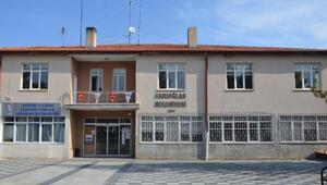 Yeni seçilen MHPli Başkan, makam odasının kapısını söktürdü
