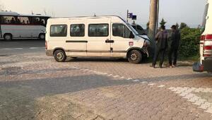 Servis aracı direğe çarptı: 4 yaralı