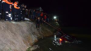 5 genç otomobille gölete uçtu