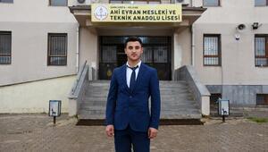 Liseli Uğur, 18 yaşında muhtar oldu