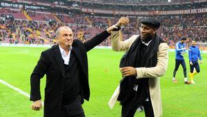 Didier Drogba taraftarları coşturdu Sahanın ortasında...