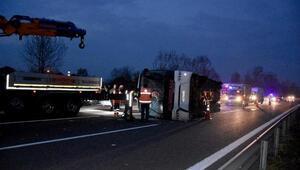 Akyazıda otobüs devrildi: 33 yaralı