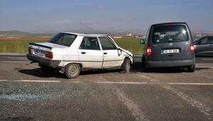 Kayseride otomobil hafif ticari araçla çarpıştı: 3 yaralı
