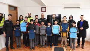 Hilvanda, polislerden 200 öğrenciye kırtasiye yardımı