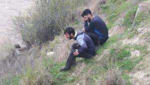 Otomobil Botan Çayına devrildi: 2 kardeş kurtarıldı, baba aranıyor