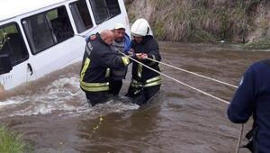 Derede sürüklenenminibüsteki 3 kişiyi itfaiye kurtardı