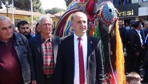 Belediye başkanlığı görevini devralmaya deve ile geldi