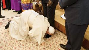 Güney Sudanlı liderlerin ayaklarını öptü