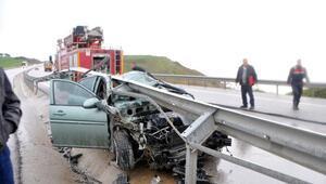 Çanakkalede bariyerlere çarpan otomobilin sürücüsü yaralandı