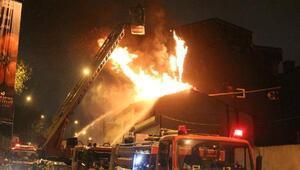 Eyüpsultanda iş yerinin çatısı alev alev yandı
