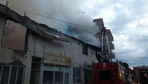 Yangında binanın ikinci katı ve çatısı yandı