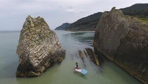Sörf tahtasıyla dünyayı geziyor