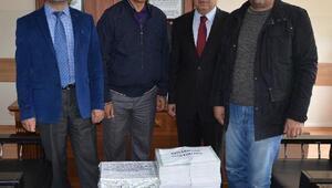 Emniyet Müdürü, çiçek yerine gönderilen kitapları dağıttı