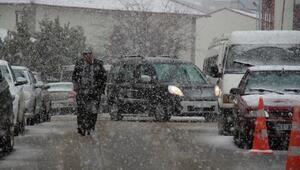 Şenkaya'da kar yağışı hayatı olumsuz etkiledi