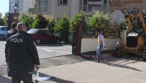 Adanada polise direnen bıçaklı kişi etkisiz hale getirildi