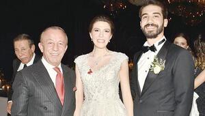 İlkokul arkadaşıyla evlendi